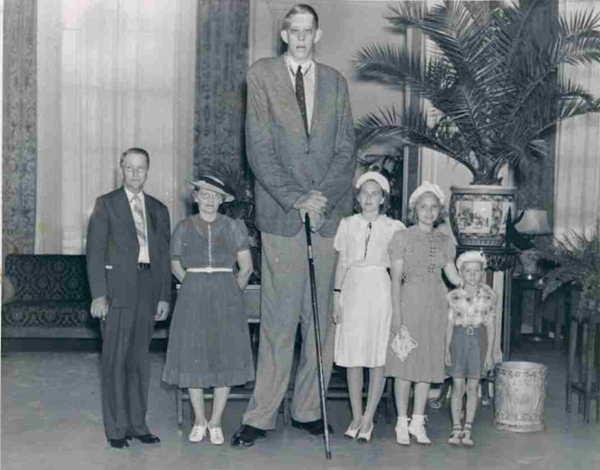 दुनिया का सबसे लम्बा आदमी इनके नाम है 'गिनीज बुक ऑफ वर्ल्ड रिकॉर्ड'