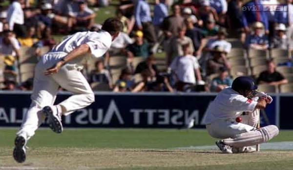 सचिन को हेलमेट पर गेंद लगने पर आउट दे दिया